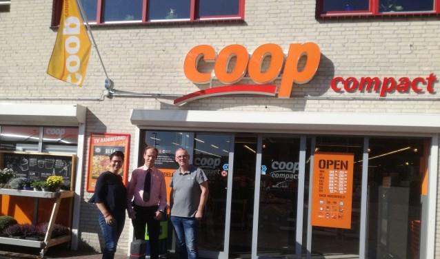 Marieke Fielt Wanders (directeur Het Rondeel), Kevin Tiemessen (medewerker Coop), Gerard Braam (voorzitter Volharding). (foto: PR)