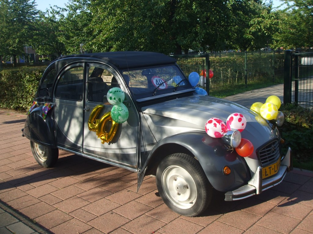 De favoriete auto van Meester Snel, ook 40 jaar in het onderwijs Foto: Marjon de Lange © Persgroep