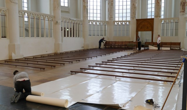 Het koor van de Grote Kerk wordt gereed gemaakt voor de steigers