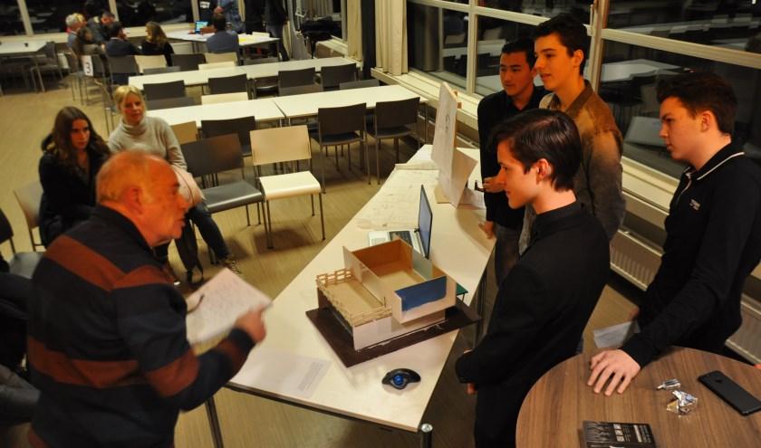 Rob Vroom van de Imkersvereniging Schouwen-Duiveland ondervraagt Sajad, Niek, Serge en Thijmen over hun ontwerp voor een bijengebouw.