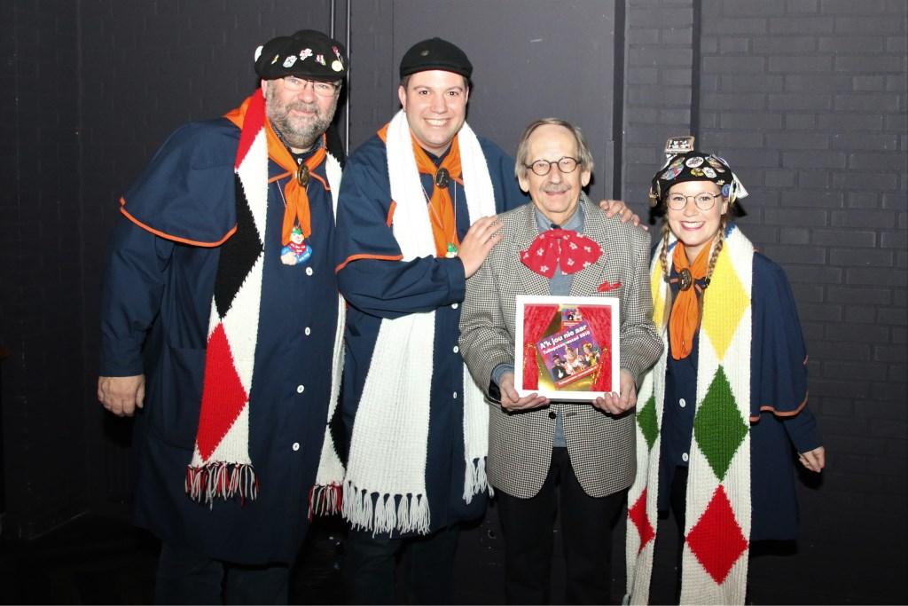 De eerste CD ging naar Bert Mathijssen voor zijn bezielende inzet voor het Tullepetaonse leutfeest. Foto: Leo de Jaeger © Persgroep
