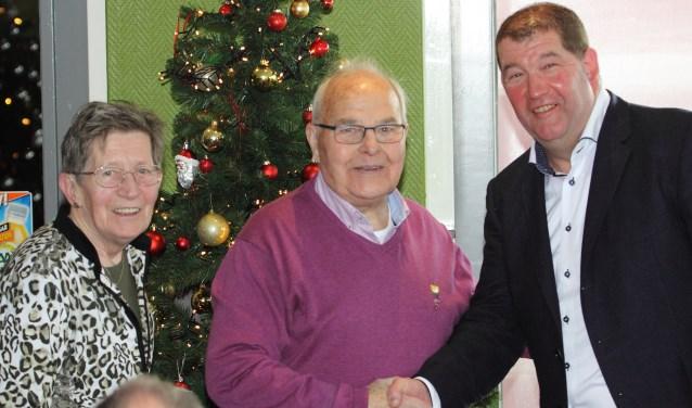 Voorzitter Jan Aalders feliciteert 50-jarig lid Leo Jansen met aan zijn zijde zijn vrouw Tonnie.