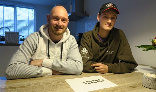 De Amersfoorters Remco en Andy Bakker met de munten.
