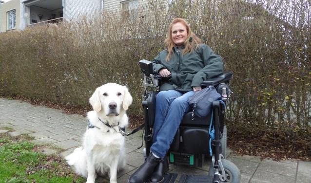 Viola Willems met haar hulphond Axel. Het is haar vierde hulphond sinds de jaren negentig. (foto: Marnix ten Brinke)