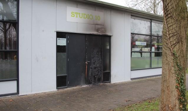 De schade aan buurthuis Studio 10 is een stille getuige van de jaarwisseling zoals een aantal minderjarige jongeren die meenden te moeten 'vieren'. (Foto: Lysette Verwegen)