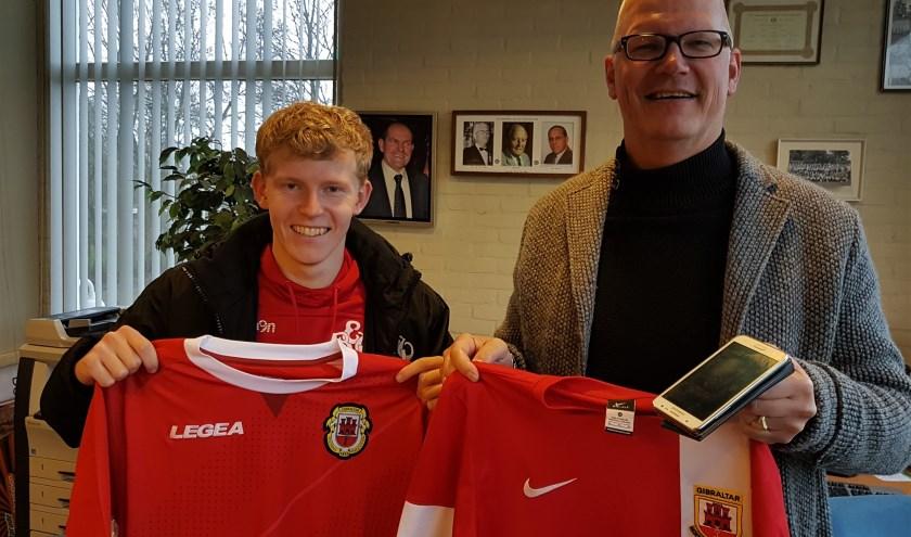 Thomas Keuter (l) en EBOH-trainer Ries Fok met de bijzondere voetbalshirts. Ries nam die ontvangst voor zijn zoon Jordi die niet aanwezig kon zijn maar door zijn vader telefonisch  'live' werd bijgepraat.