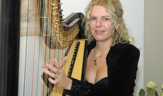 Janne-Minke Nijp studeerde harp aan het conservatorium en heeft zich toegelegd op de popmuziek.