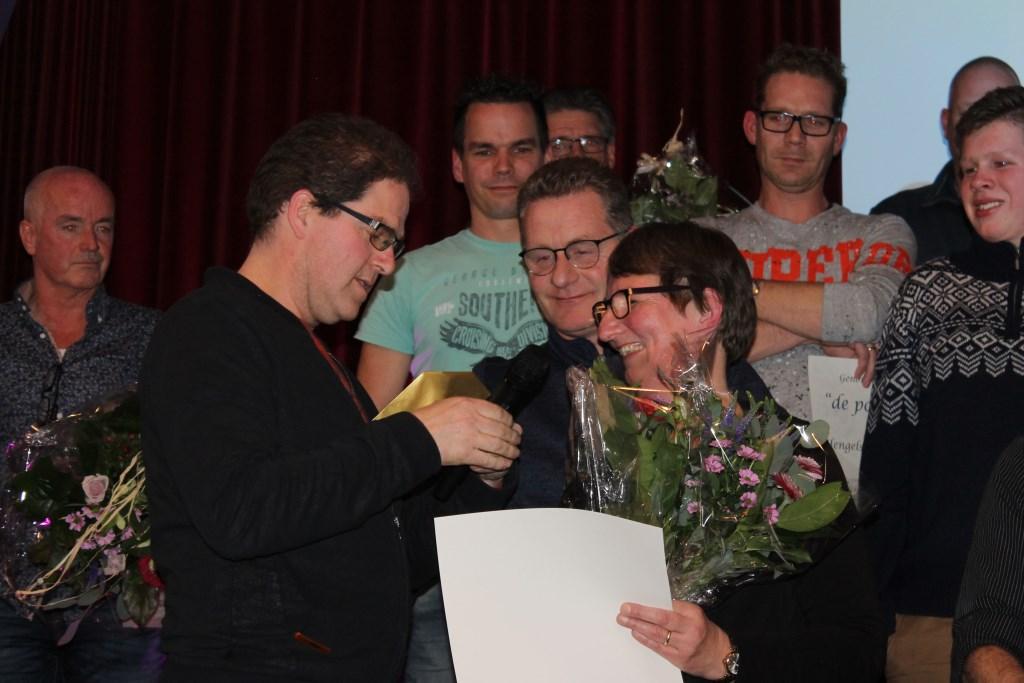 Irma Verwaaijen ontving een 'wensschelpje' voor haar vele activiteiten. Foto: Leo van der Linde © Persgroep