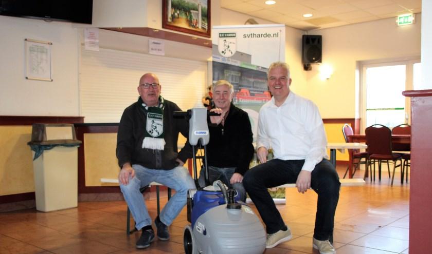 Dennis Elskamp (vz sup.ver), Bertus Leusink (schoonmaakploeg) & John Reurink (vz S.V. 't Harde