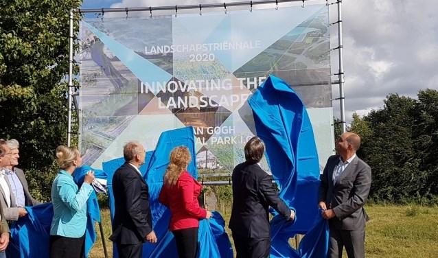 Brabants Commissaris van de Koning Wim van de Donk (tweede van rechts) onthulde in juni vorig jaar dit bord in Liempde. Dat was het startschot voor de oprichting van het Van Gogh Nationaal Park.