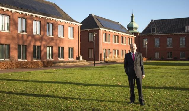 Paul Verhoeven bij het gemeentehuis van Heeze-Leende. (foto: Persfoto)