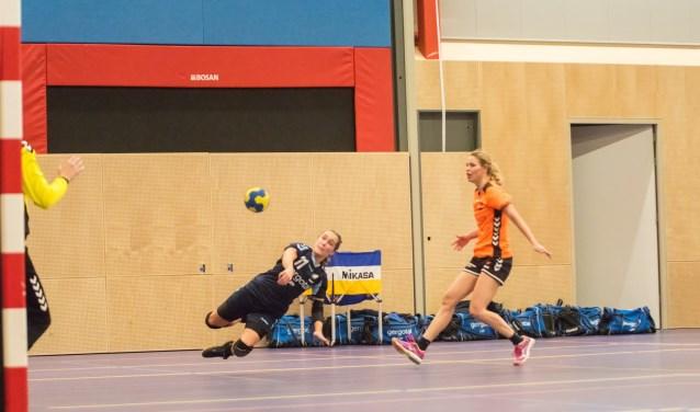 Suzan Heuvels doet namens UGHV een doelpoging in de wedstrijd tegen Duiven.