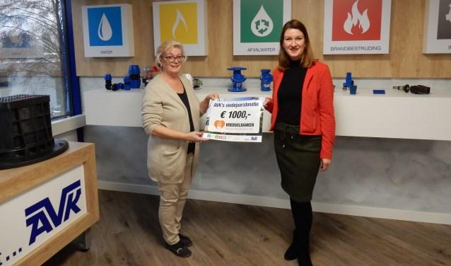 Marketing Manager Dana Hofman-Dooijeweerd overhandigde de cheque aan voorzitter Thea van Amersfoort.