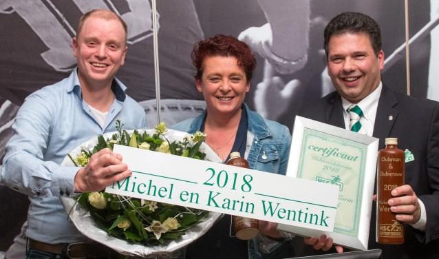 Michel (rechs) en Karin Wentink werden verkozen tot Clubmensen van het Jaar. En daarna had Michel nog een nieuwtje. Foto's: Wim Busschers