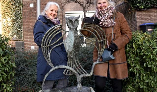 Marrianne Waalwijk en Sjouk Engels bij het Uiltje van Sonja Meijer, dat succesvol werd herplaatst in het Moreauhof. Foto: Marianka Peters