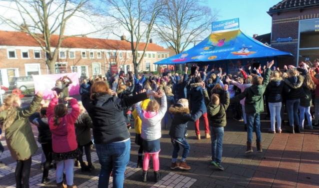 Eerst even dansen op muziek van een dj als warming-up om daarna een kwartier te kunnen (hard)lopen. (Foto: Anja Helmink)