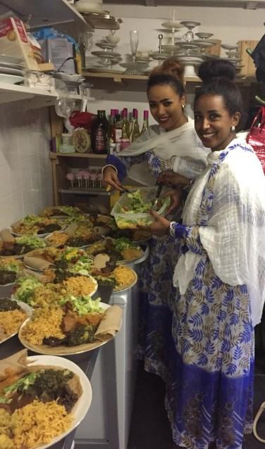 Luwam en Tsega koken een Eritrese maaltijd bij 't Hof in de Houtstraat. Wie het wil proeven, kan vanaf donderdag 7 februari aanschuiven.
