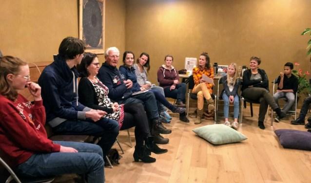 Schrijver Jan Bos vertelt tijdens informatieavond Theaterproject