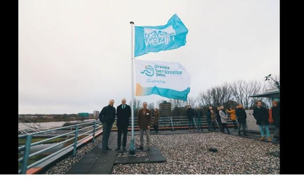 Van links af Anne Riemersma (directeur Travers Welzijn), wethouder Klaas Sloots en Hans de Jong, bestuurder van Waterschap Drents Overijsselse Delta.