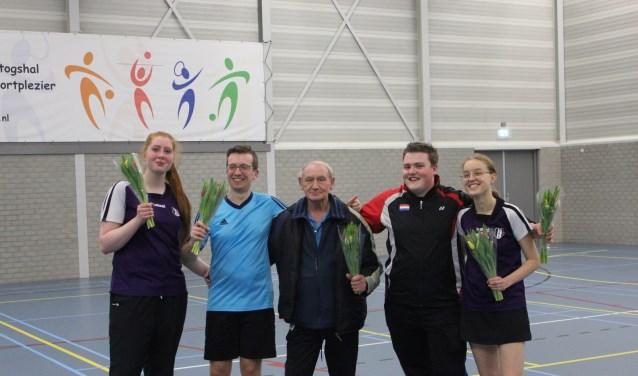 Ongeslagen kampioenen Eva, Daniël, trainer Aad, Demian en Suus.