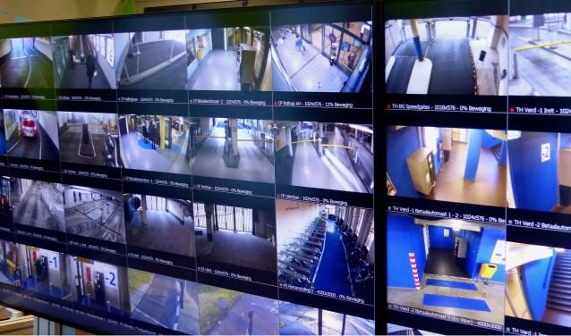 De monitoren van de onlangs geopende vernieuwde meldkamer van Parkeerbeheer Nissewaard.