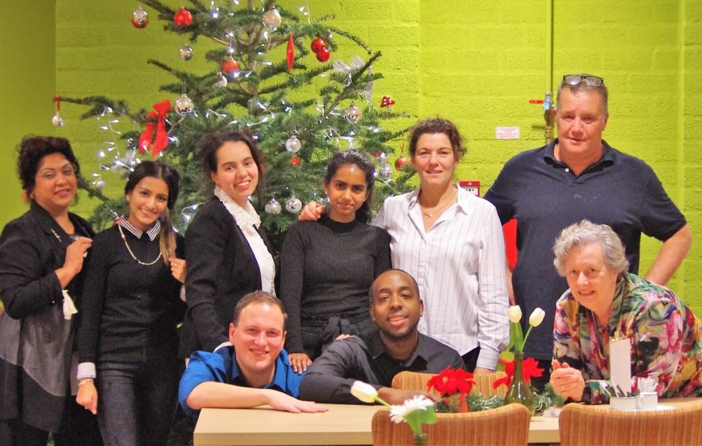 Radhika tussen haar collega's van AH Hoogvliet. Rechtsboven Alfred de Baars, rechtsonder Marijke van Zuilen, beiden vrijwilligerscoördinator bij Siloam. Links naast Radhika assistent supermarktmanager Naoual Moussa. Foto: Marijke van Zuilen © Persgroep