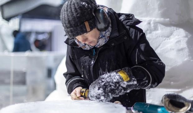 Professioneel icecarver Killian van der Velden aan het werk