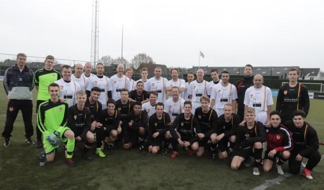 De elftallen van jeugdtrainers en -leiders met de A-junioren van Focus '07 speelde een fijne nieuwjaarswedstrijd. (Foto: Theo van Dam)