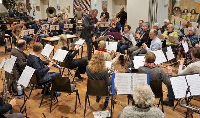 De afgelopen tijd hebben Glupo de Kollebijnen (links op de foto) en Concordia samen hard gerepeteerd in de Vianden. Zondag 20 januari sluiten zij samen 't gratis toegankelijke nieuwjaarsconcert van de harmonie af.