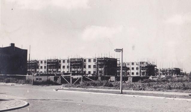 """De eerste hoogbouw in de Zwijndrechtse """"schildersbuurt"""" in aanbouw in het begin van de jaren vijftig. (FOTO: Collectie HVZ)"""