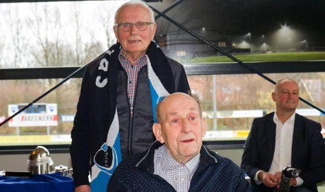 Links (staand) Wim ten Damme en rechts (zittend) Bennie de Roos
