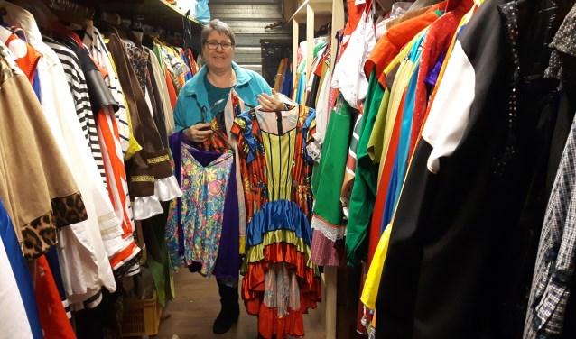 Marianne Kamping in het  kledingmagazijn van De Veldmuuskes. Foto: Sjoerd Ketzener.