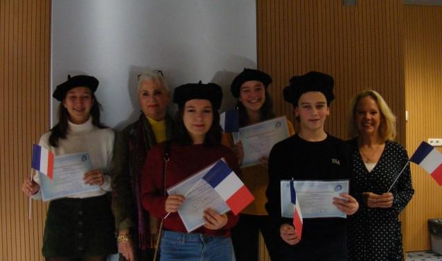 mevrouw Van Calseyde met de leerlingen van Graaf Engelbrecht en docent Frans mevrouw Van der Hof
