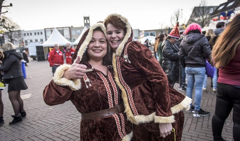 Verkleed gaan is uiteraard traditie bij het Klûnen, ook bij de editie van 2017 waar deze foto genomen is. Nieuw dit jaar is de wedstrijd, waarbij men in duo's op rolschaatsen de tocht aflegt.