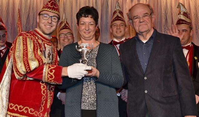 Paljasprins Dennis I overhandigt de Paljasprijs aan Jacqueline Berndsen en Wim van den Boom (foto: Ab Hendriks)
