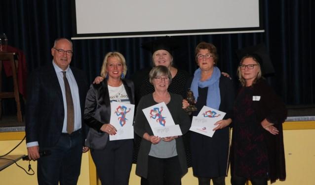 De captains van het winnende team, samen met burgemeester Van Kooten en presentatoren Bertien van Heel en Beppie Pardoel.