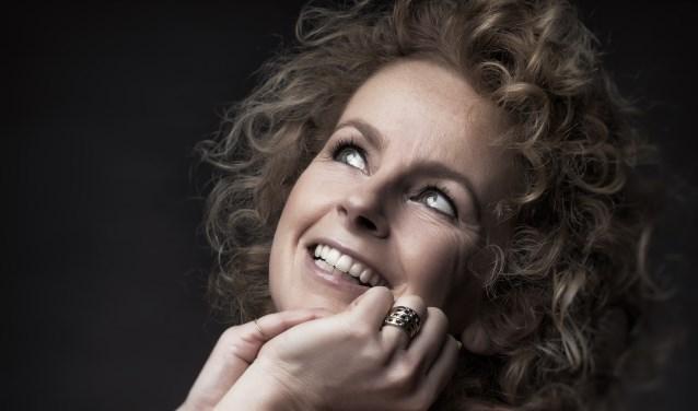 Cabaretière Madelijne Kool is op 30 januari te zien in De Kring met haar muzikale cabaretvoorstelling 'Wake up Kool'.