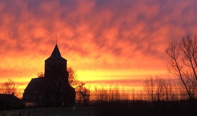 De kerk van de Oud-Zevenaar tijdens het gloren van de ochtend.
