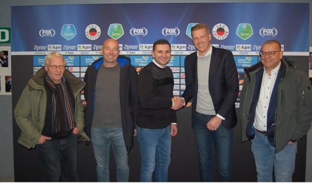 Tevredenheid alom bij het aangaan van een mooie samenwerking tussen FC Binnenmaas en Excelsior uit Rotterdam. (foto: pr)