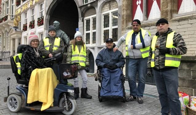 De gele hesjes, met woordvoerster Ankie Withagen in het midden, staan voortaan iedere zaterdag op de Grote Markt.