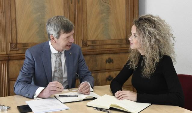 Ombudsman Gertjan van der Brugge (links) en substituut Johanneke Bosschaart-van Heukelom. FOTO: AART VAN BELZEN