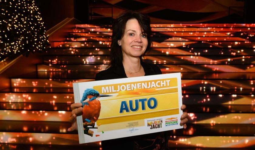 Carla uit Apeldoorn wint auto bij Postcode Loterij Miljoenenjacht