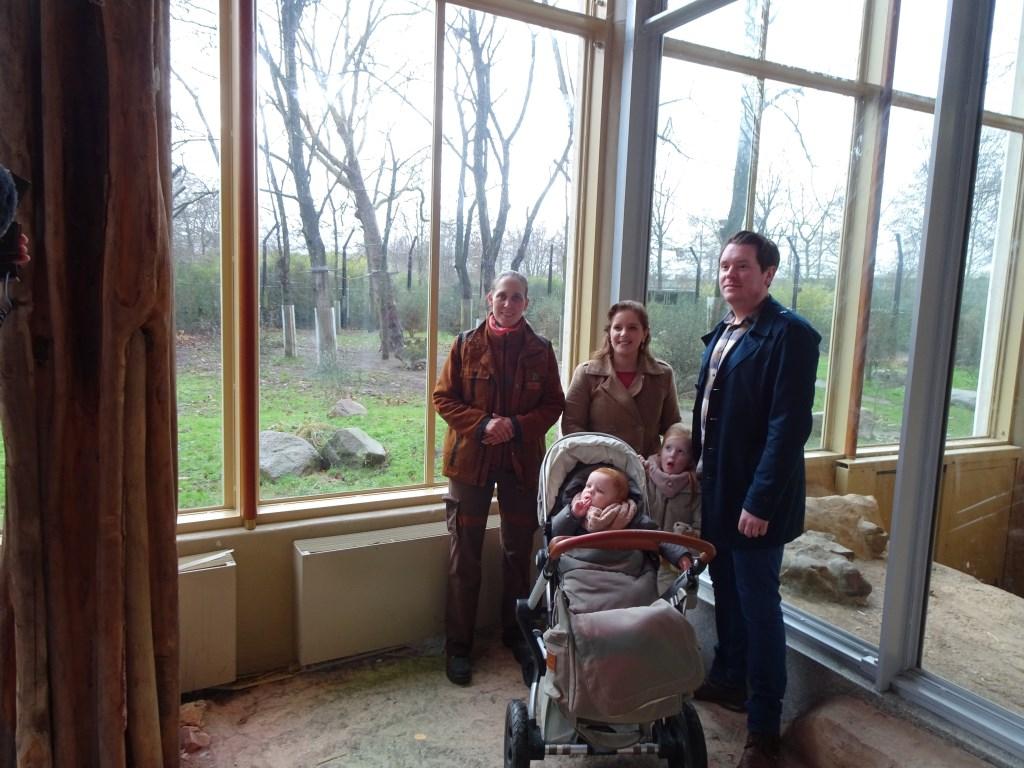 De familie van de winnares van de namenwedstijd, Ilona van Es samen met verzorgster Linda Paul.  © Persgroep