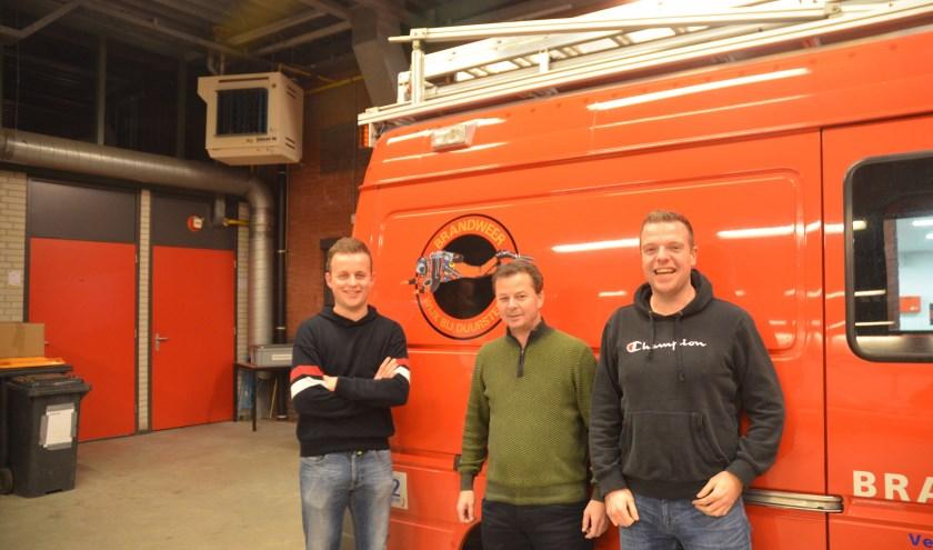 Timo Westland, Maurice Porters en Bas van den Eshof voor de wagen van de duikploeg. FOTO: Ben Blom