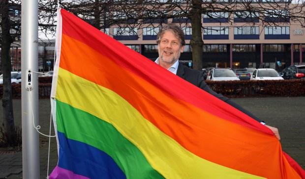 """Wethouder Ro van Doesburg hijst de vlag: """"Het is ontzettend belangrijk om uit te dragen dat iedereen in Gorinchem welkom is."""" Eigen foto"""