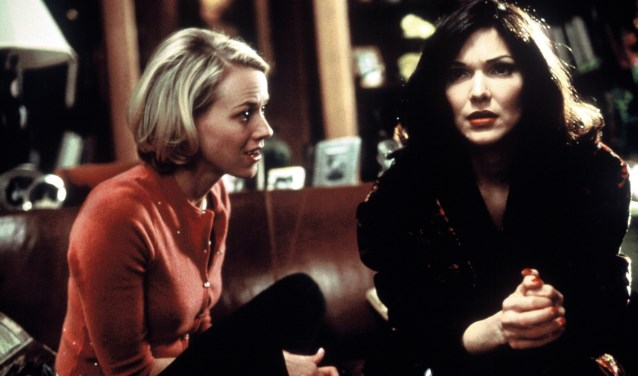 Naomi Watts (links) en Laura Harring spelen de hoofdrollen in het romantische misdaadverhaal Mulholland Drive.