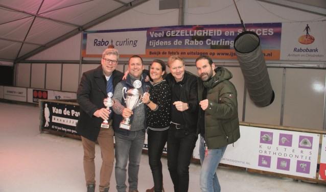 Het winnende team van Ronde Tafel De Liemers met vlnr: Marcel Huizinga, Jan Henjes, Christi-Mari Zonnenberg van de Rabobank, Pascal Staring en Jeroen Wedel.