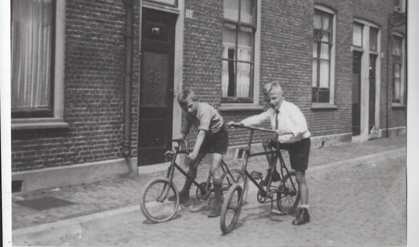 Henk van der Beek (r) en zijn broer Wim in in de Westerstraat voor de oorlog.