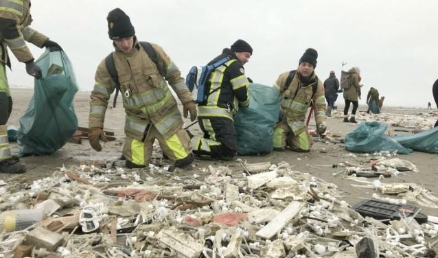 """Bergen troep. ''Het hele strand lag er mee vol"""", aldus brandweerman Pascal. (Foto: Brandweer IJsselstein)"""