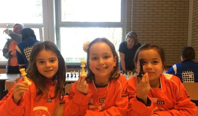 Drie enthousiaste schakers van de KWS: Lorena, Sophie en Ilse. (foto: Chris Doornekamp)